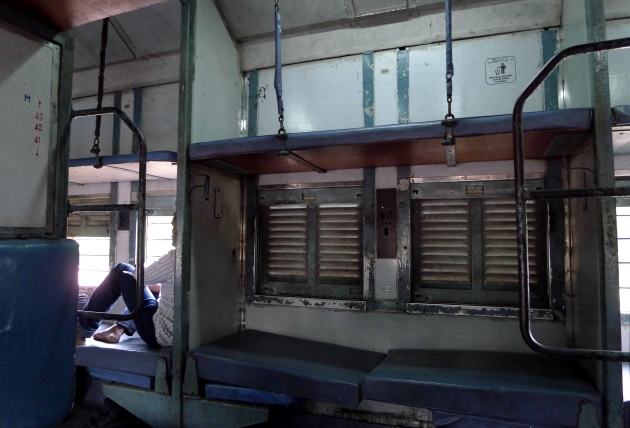Indyjski pociąg. Stalowe pręty w oknach uroku nie dodają, ale Polacy ogólnym stanem pociągu zszokowani raczej być nie powinni