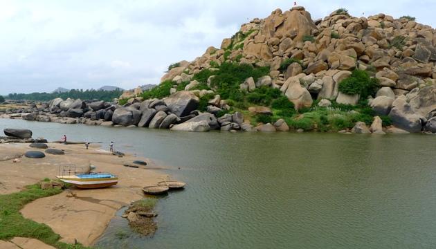 Przez rzekę można przeprawić się promem lub koraklami