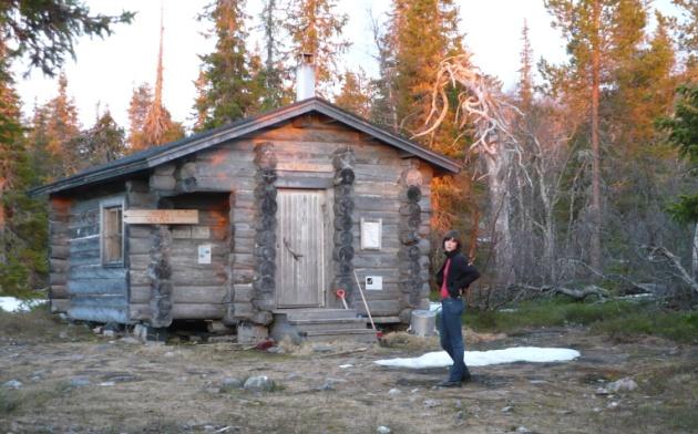 Jeden z darmowych domków w Parku Narodowym Pyhä-Luosto (czerwiec, godzina druga w nocy)