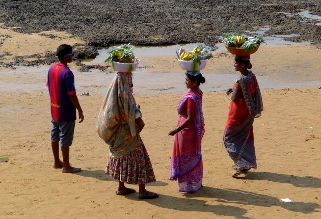 Kobiety sprzedające owoce niedaleko pchlego targu, Anjuna