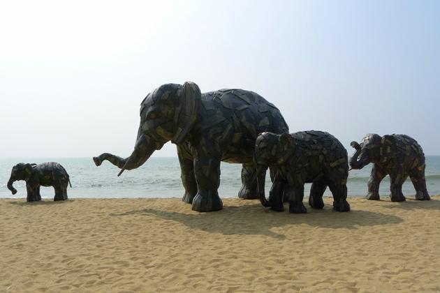 Drewniane słonie na plaży Querim