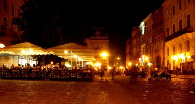 Rynek we Lwowie wieczorami tętni życiem