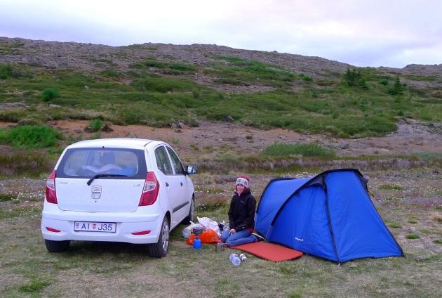 Lipiec na Islandii: zmarznięta Natalia oraz samochód jako ekran chroniący ogień przed wiatrem