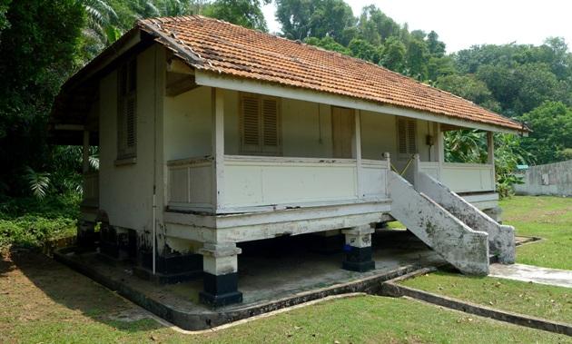 Jeden z rozpadających się domów na wyspie