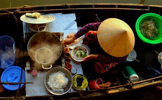 Śniadanie na pływającym markecie w Wietnamie