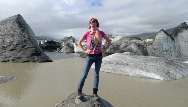 U podnóża Vatnajökull (ten czarny pył na lodzie to pamiątka po pamiętnym wybuchu Eyjafjallajökull, pamiętacie to?)