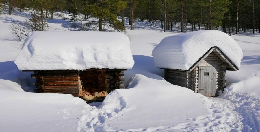 Wychodek i drewutnia w pobliżu jednej z chatek