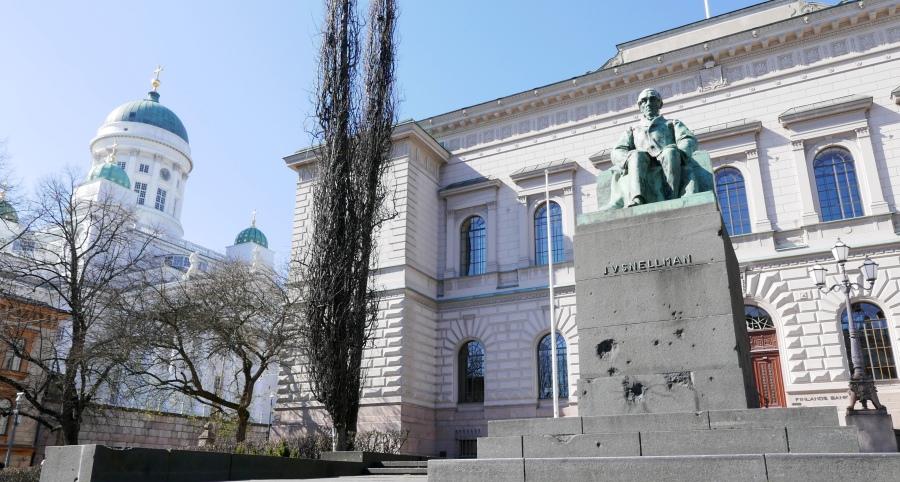 Pomnik Snellmana przed budynkiem Banku Fińskiego w Helsinkach
